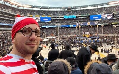 Jonathan Gray takes a selfie dressed as Waldo during the Siyum HaShas in New Jersey, January 1, 2020. (Twitter)