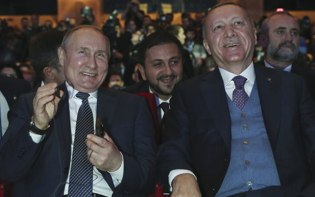 Turkish President Recep Tayyip Erdogan, right, and Russian President Vladimir Putin smile during a ceremony for the dual natural gas line, TurkStream, connecting their countries, in Istanbul, January 8, 2020. (Presidential Press Service via AP, Pool)