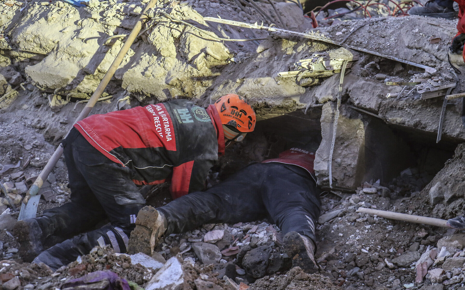 Workers search for victims after Turkish quake, death toll now at 38
