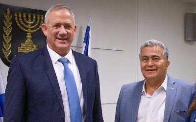 Labor-Gesher party leader Amir Peretz and Blue and White party chairmen Benny Gantz meet in Jerusalem on October 28, 2019 (Yonatan Sindel/Flash90)