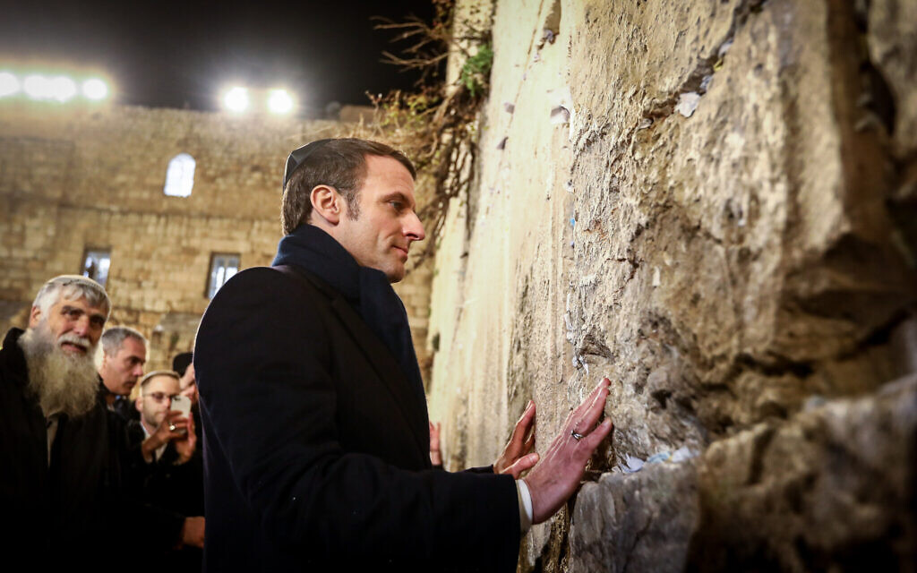 French President Emmanuel Macron visits the Western Wall in Jerusalem's Old City on January 22, 2020. (Shlomi Cohen/Flash90)