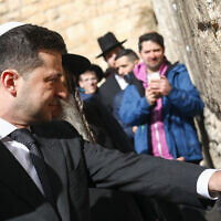 Ukrainian President Volodymyr Zelensky visits the Western Wall, in Jerusalem's Old City on January 23, 2020 (Shlomi Cohen/Flash90)