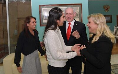 Naama Issachar is greeted by Sara Netanyahu, while her mother Yaffa and Prime Minister Benjamin Netanyahu look on, Moscow Airport, January 30, 2020. (Koby Gideon/GPO)