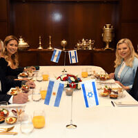 Prime Minister Benjamin Netanyahu, right, and his wife, Sara, 2nd from right, host Argentine President Alberto Fernandez, left, and his partner Fabiola Yanez, second from left, in Jerusalem, January 24, 2020. (Haim Zach/GPO)