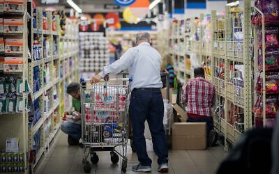 Illustrative: Israelis shop at a supermarket in Jerusalem, November 12, 2017. (Yonatan Sindel/Flash90)