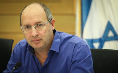 Blue and White MK Avi Nissenkorn at the Knesset, May 27, 2019. (Noam Revkin Fenton /Flash90)