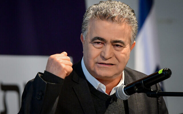 Labor party leader Amir Peretz speaks in Tel Aviv, January 20, 2020. (Flash90)
