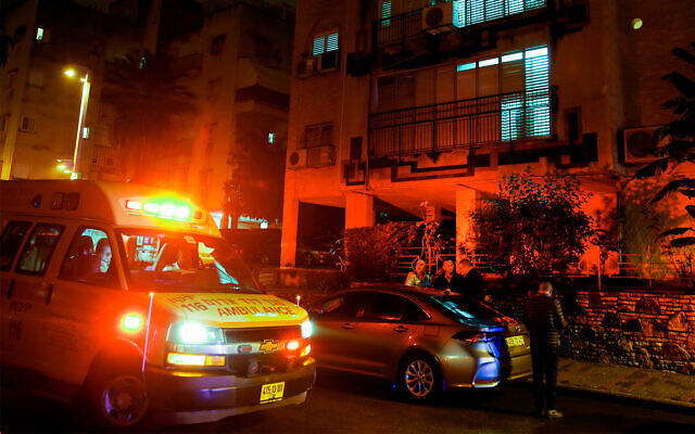 Police and medical personnel at the scene of a suspected murder-suicide in Petah Tikva, January 17, 2020. (Roy Alima/Flash90)