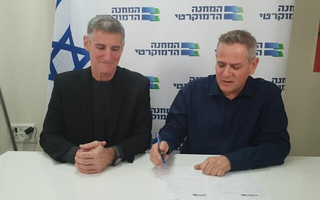 Democratic Choice chairman Yair Golan (L) and Meretz chairman Nitzan Horowitz sign an agreement to run together as the Democratic Camp on January 7, 2019. (Courtesy)