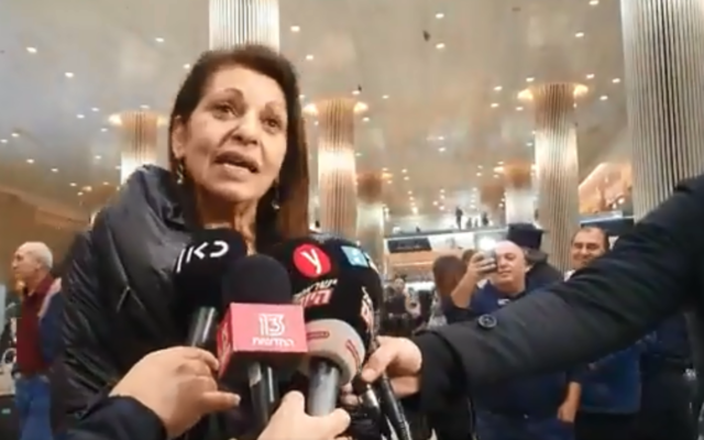 Yaffa Issachar talks to reporters at Ben Gurion Airport on January 19, 2019. (Screen capture: Twitter)