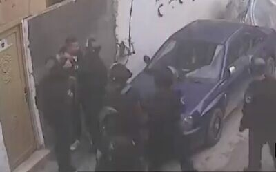 Border Police seen beating an Arab East Jerusalemite, who works as a security guard for the Jerusalem light rail, in East Jerusalem (Screencapture / Channel 13, January 13, 2019)