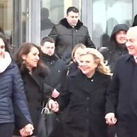 Naama (R) and Yaffa Issachar (2nd R), along with Prime Minister Benjamin Netanyahu (L) and his wife Sara (2nd L) at Moscow Airport, January 30, 2020. (Screen grab/Channel 12 News)