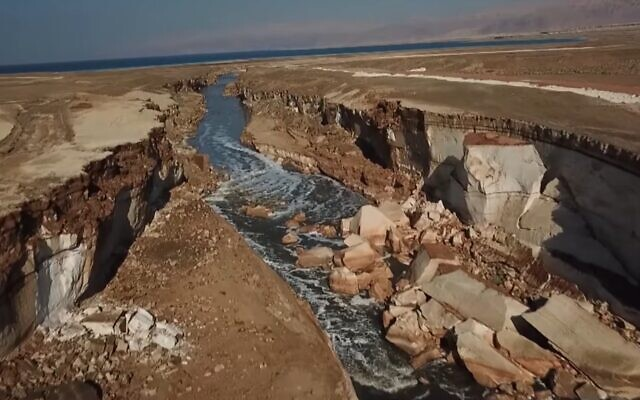 The 'secret river' by the Dead Sea, 'discovered' by Kan TV, January 2020. (Kan TV screenshot)