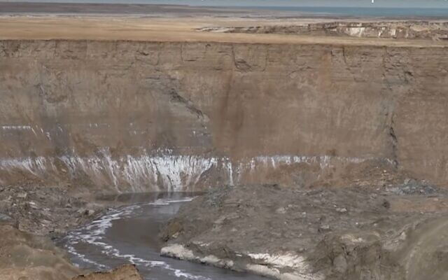 The gorge and 'secret river' by the Dead Sea, 'discovered' by Kan TV, January 2020. (Kan TV screenshot)