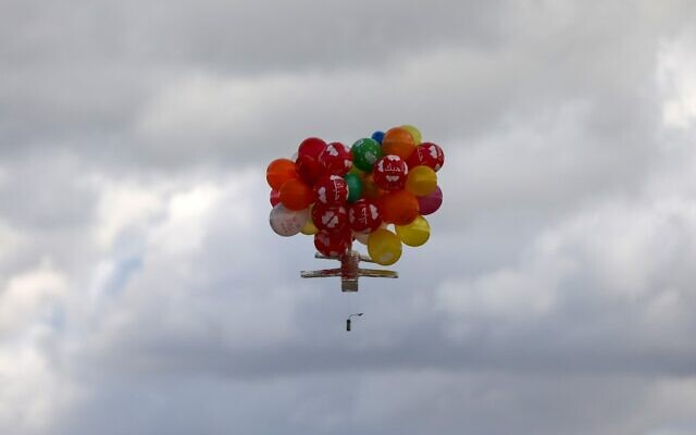 Balloons carrying an incendiary device floats after being released near Gaza's Bureij refugee camp, along the Israel-Gaza border fence, on February 10, 2020. (MAHMUD HAMS / AFP)