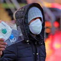 An Iranian street vendor sells protective masks in the capital Tehran on February 20, 2020 (ATTA KENARE / AFP)