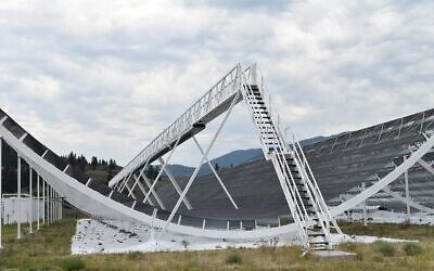 Wire-mesh half pipe reflector of the Canadian Hydrogen Intensity Mapping Experiment (CHIME) telescope reflects feeds radio signals to the telescope's antennas located at the focus line at the center of the half pipe (Wikimedia/Creative Commons)