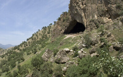 The exterior of Shanidar Cave in northern Iraq in 2005 (CC BY JosephV/Wikimedia Commons)