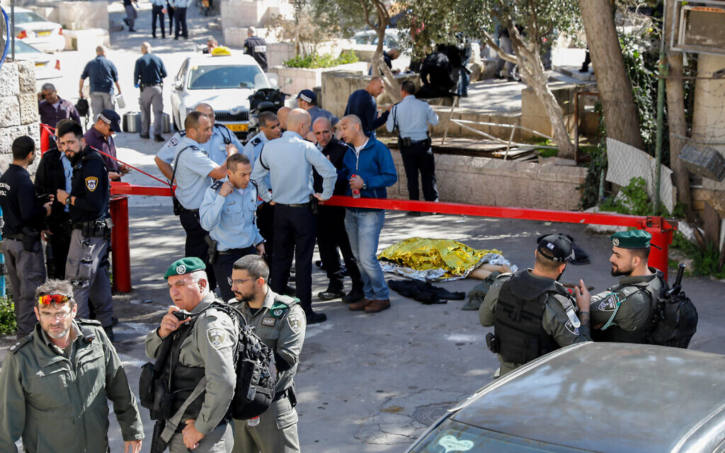 Police officers at the scene of a shooting attack near Lions Gate in Jerusalem's Old City, February 6, 2020. (Olivier Fitoussi/Flash90)