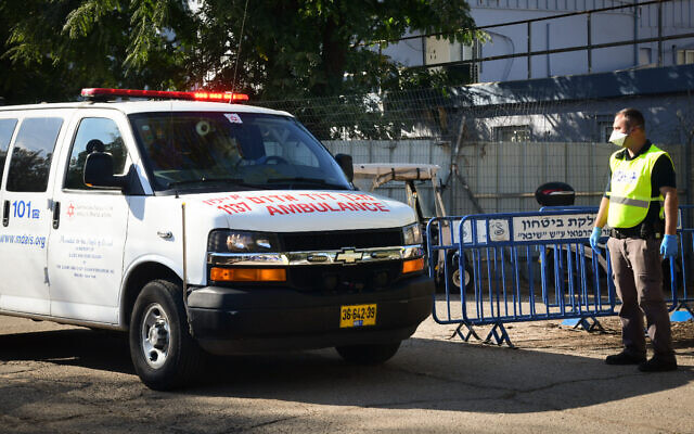 An ambulance carrying an Israeli man who returned from Italy and tested positive for coronavirus arrives at Tel Hashomer Hospital, February 27, 2020 (Flash 90)
