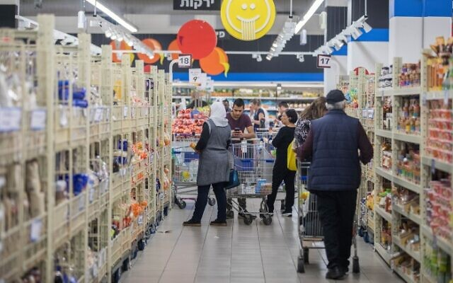 People shopping at the Osher Ad supermarket branch in Talpiot, Jerusalem, November 12, 2017. (Yonatan Sindel/Flash90)