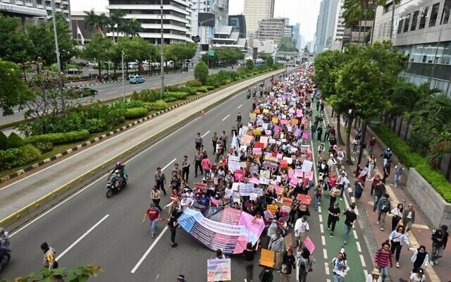 Indonesian people march to mark the International Women's Day in Jakarta on March 8, 2020. (ADEK BERRY / AFP)