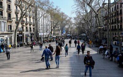 People walk in the Ramblas of Barcelona on March 13, 2020 (Josep LAGO / AFP)