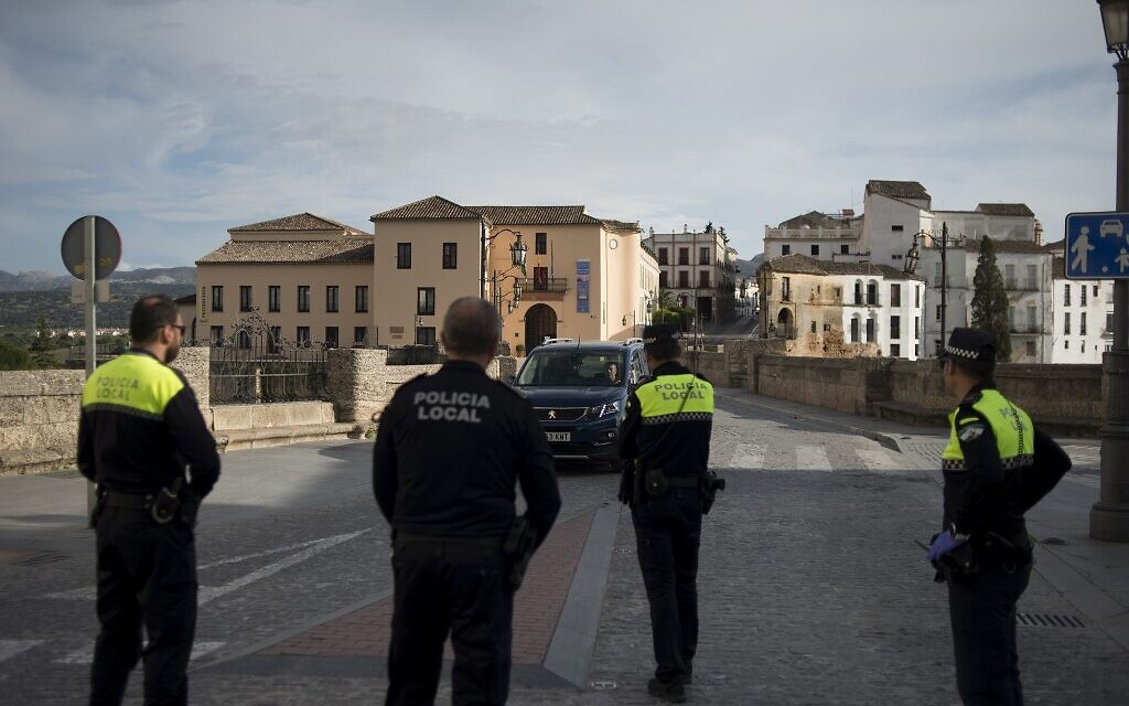 Local police officers patrol a street in order to control people's movement in Ronda, Spain, in light of the coronavirus, COVID-19, spread, on March 15, 2020. (JORGE GUERRERO / AFP)