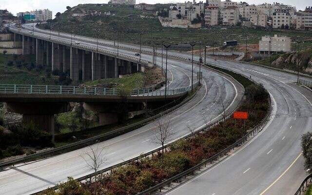 A picture taken on March 20, 2020 shows an empty road in Jerusalem, after Israel banned non-essential movement and ordered the closure of all leisure and entertainment venues in a bid to stem the spread of the novel coronavirus (AHMAD GHARABLI / AFP)