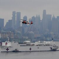 The USNS Comfort medical ship moves up the Hudson River as it arrives in New York on March 30, 2020. (Angela Weiss / AFP)