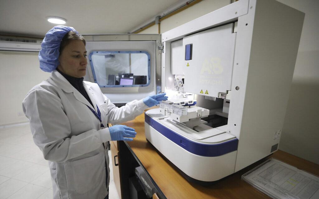 Illustrative: An employe of a genetic institute works with a DNA sample. (AP Photo/Fernando Vergara)