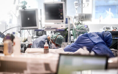 Medical personnel at work in the intensive care unit of the hospital of Brescia, Italy, March 19, 2020 (Claudio Furlan/LaPresse via AP)