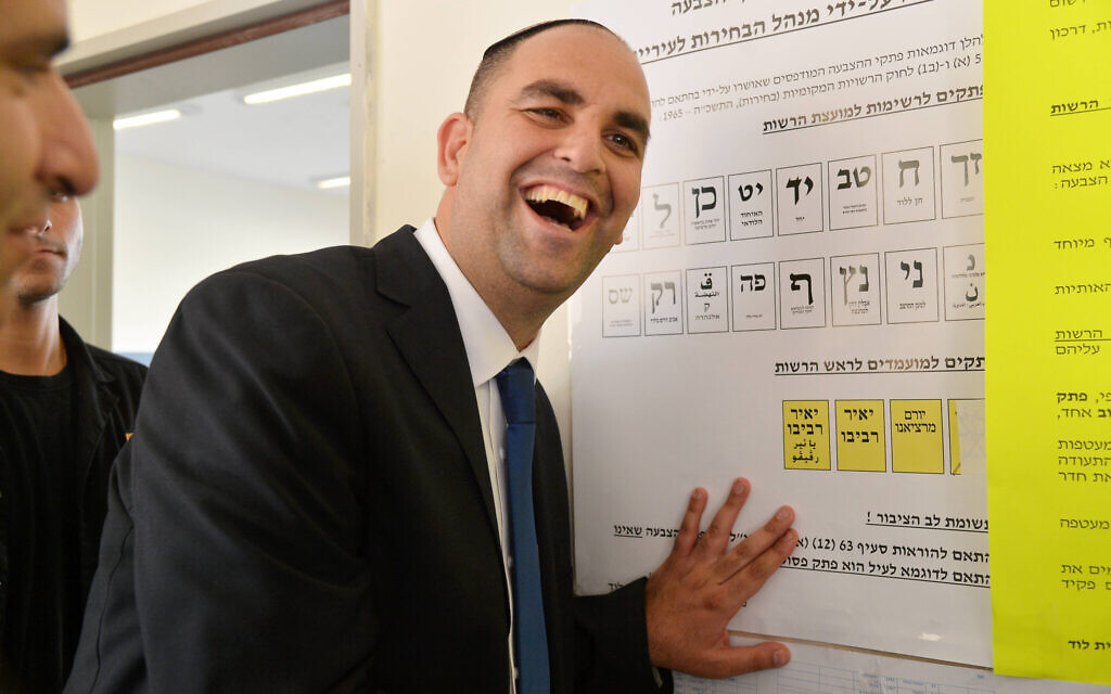 Yair Revivo votes in municipal elections at a polling station in the central city of Lod on October 22, 2013. (Yossi Zeliger/Flash90)