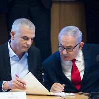 Prime Minister Benjamin Netanyahu (R) and Finance Minister Moshe Kahlon in Jerusalem on March 11, 2019 (Aharon Krohn/Flash90)