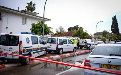 Police at the scene where a father is suspected of carrying out stabbing attack on his wife and daughters, Hod hasharon. March 06, 2020 (Roy Alima/Flash90)