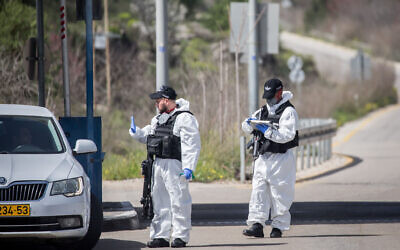 Israeli border police wear protective gear and masks at the Ein Yael Checkpoint, near the Jerusalem Biblical Zoo, March 11, 2020. (Yonatan Sindel/Flash90 )