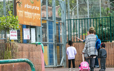 Students arrive to Hadar Elementary School in Kfar Yona, on March 12, 2020. (Chen Leopold/Flash90)