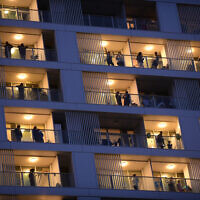 Israelis on their balconies in Tel Aviv on March 19, 2020. (Tomer Neuberg/Flash90)