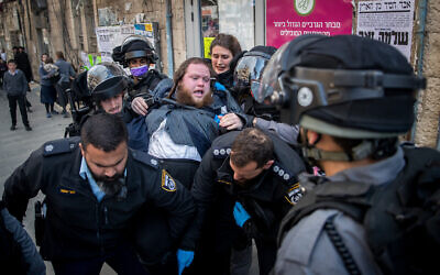 Police seen in the ultra-Orthodox Jewish neighborhood of Mea Shearim, as they disperse public gatherings, following the government decisions, in an effort to contain the spread of the coronavirus. March 22, 2020. (Yonatan Sindel/Flash90)