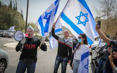 Right Wing activists protest against the Supreme Court and in support of Prime Minister Benjamin Netanyahu, outside the Supreme Court in Jerusalem, March 24, 2020. (Olivier Fitoussi/Flash90)
