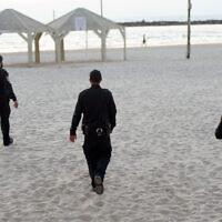 Police patrol on the Tel Aviv beach boardwalk on March 25, 2020. (Avshalom Sassoni/Flash90)
