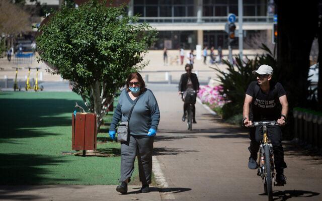 The nearly empty Rothschild Boulevard in Tel Aviv on March 25, 2020 (Miriam Alster/Flash90)