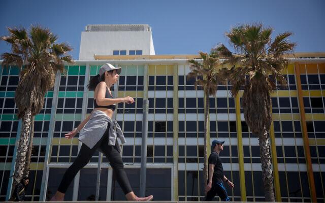 Joggers on the Tel Aviv beach boardwalk on March 25, 2020 (Miriam Alster/Flash90)