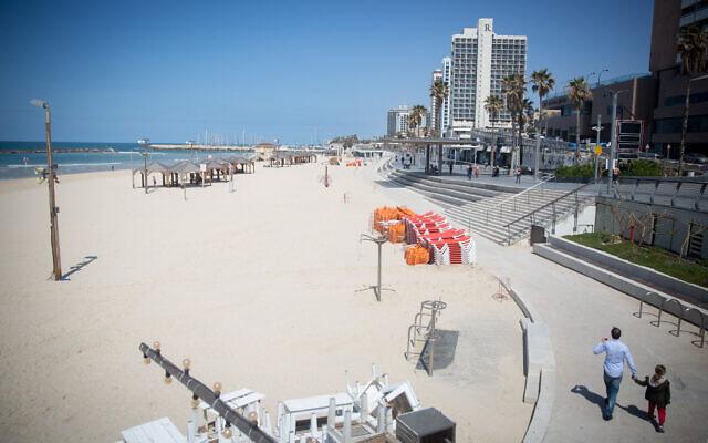 The nearly empty beach in Tel Aviv on March 25, 2020 (Miriam Alster/Flash90)