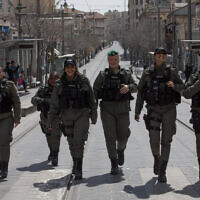 Police patrol Jerusalem's city center to ensure people are not disobeying the partial lockdown on March 26, 2020 (Nati Shohat/FLASH90)
