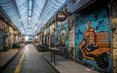 A view of the empty Mahane Yehuda market in Jerusalem, March 26, 2020. (Yonatan Sindel/Flash90)