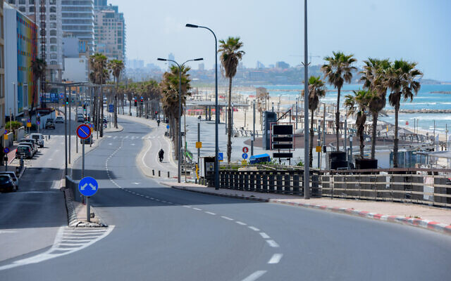 The empty promenade and beach along the shore of the Mediterranean Sea in Tel Aviv, March 28, 2020. (Avshalom Sassoni/ Flash90)