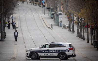 Police patrol on Jaffa Street in Jerusalem on March 28, 2020 (Yonatan Sindel/Flash90)
