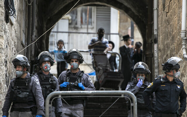 Police officers enforce coronavirus restrictions in Mea Shearim, an ultra-Orthodox neighborhood in Jerusalem, on March 30, 2020. (Olivier Fitoussi/ Flash90)