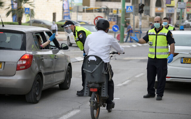 Israel Police set up a temporary checkpoints at the entrance to Bnei Brak on March 31, 2020. (Gili Yaari/Flash90)
